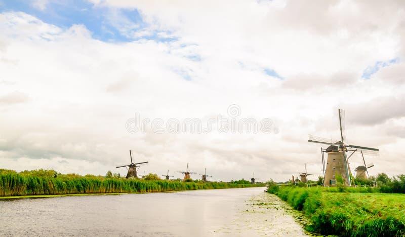 Kinderdijk wiatraczki w polderu krajobrazie w holandiach zdjęcia stock
