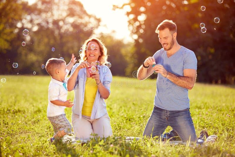 Kinderen in aard die pret met zeepbels hebben royalty-vrije stock foto's