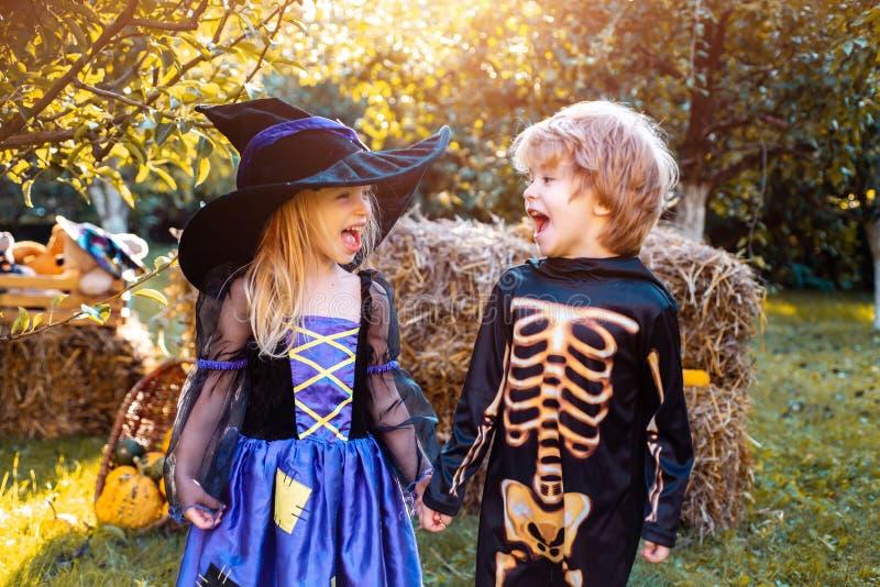 Kinderen in Amerika vieren Halloween Fijne kinderen op Halloween feestje Trick-or-treat Kinderen met een deuut stock afbeelding