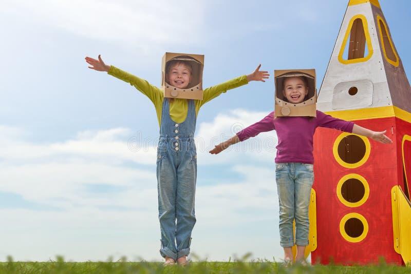 Kinderen in astronautenkostuums royalty-vrije stock afbeelding