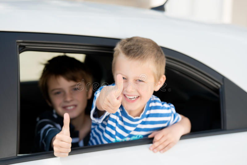 Kinderen in auto stock afbeelding