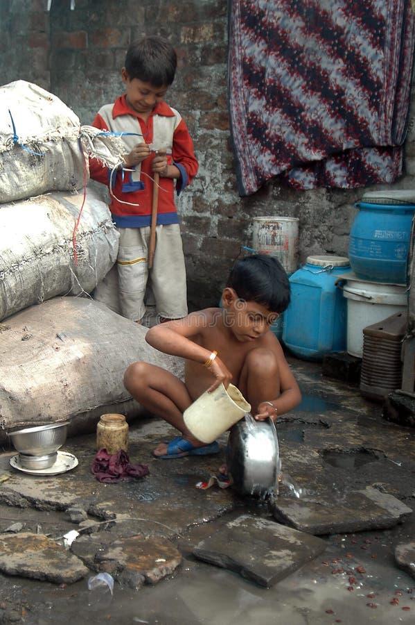 Kinderen bij Indische krottenwijk royalty-vrije stock foto's