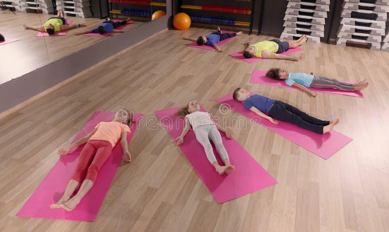 Kinderen bij lichamelijke opvoedingsles royalty-vrije stock afbeelding