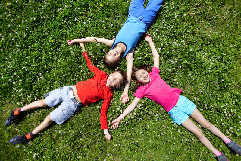 Kinderen bij onderbreking royalty-vrije stock afbeelding