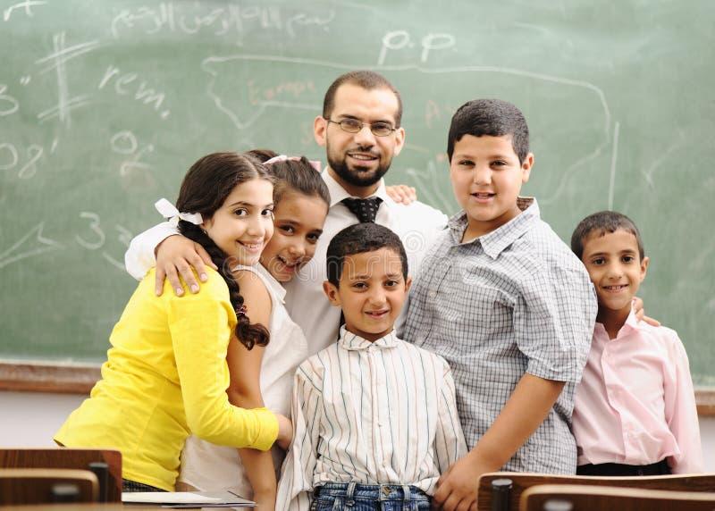 Kinderen bij schoolklaslokaal royalty-vrije stock foto's