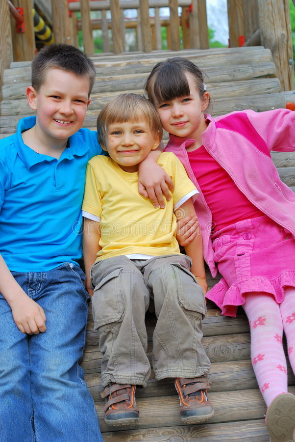 Kinderen bij Speelplaats stock afbeelding