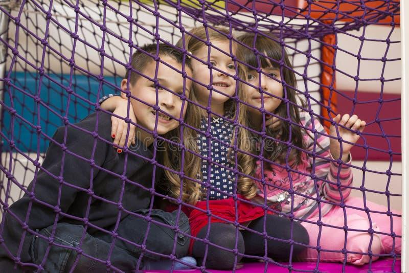 Kinderen bij speelplaats stock foto's