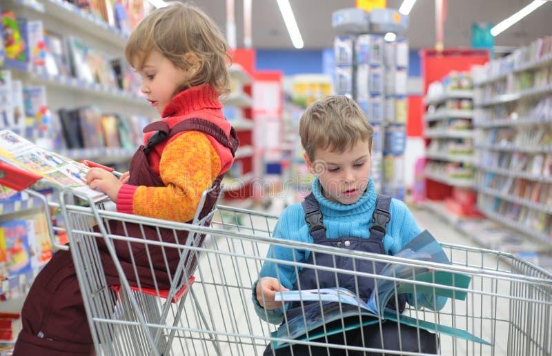 Kinderen in boekhandel royalty-vrije stock fotografie
