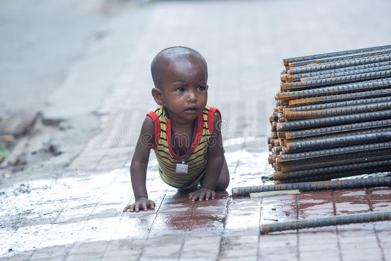 Kinderen buiten hun huis in slechte kleding, behoefte aan veiligheid snel stock fotografie