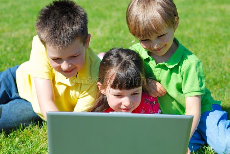 Kinderen buiten met laptop royalty-vrije stock foto