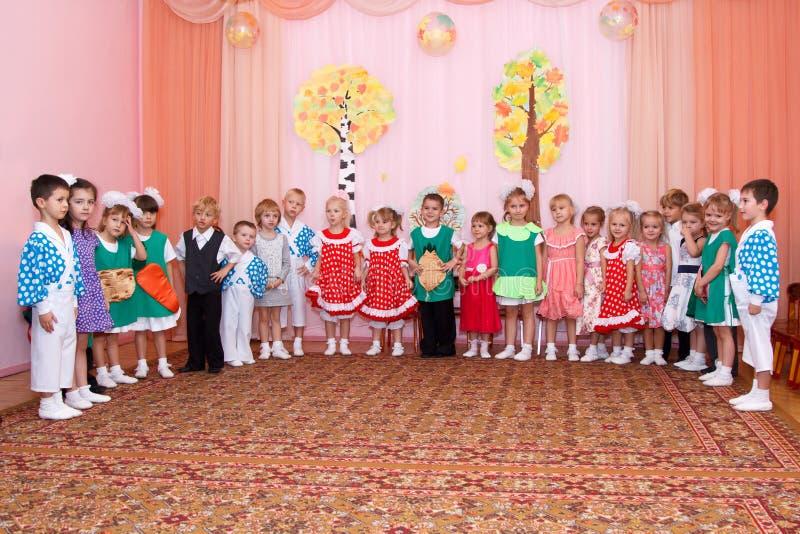 Kinderen in Carnaval-kostuumstribune op een rij royalty-vrije stock foto's