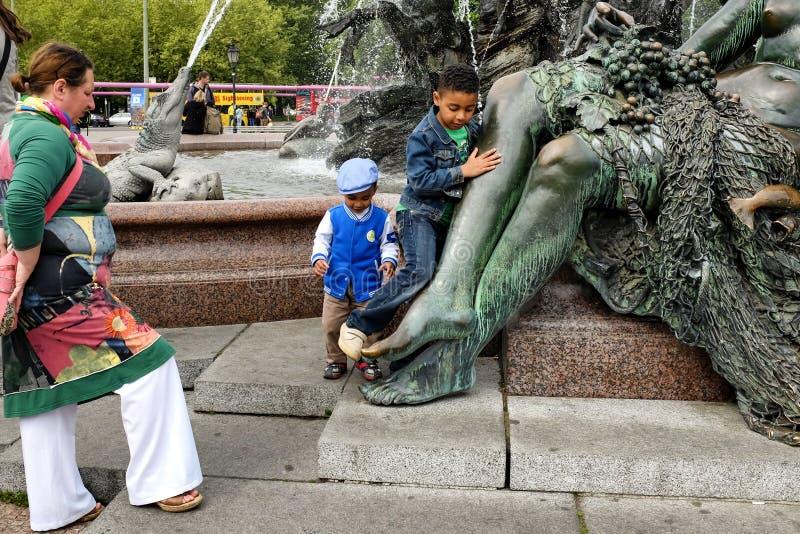 Kinderen in de buurt van Neptune Fountain Neptunbrunnen in Berlijn, Duitsland royalty-vrije stock foto