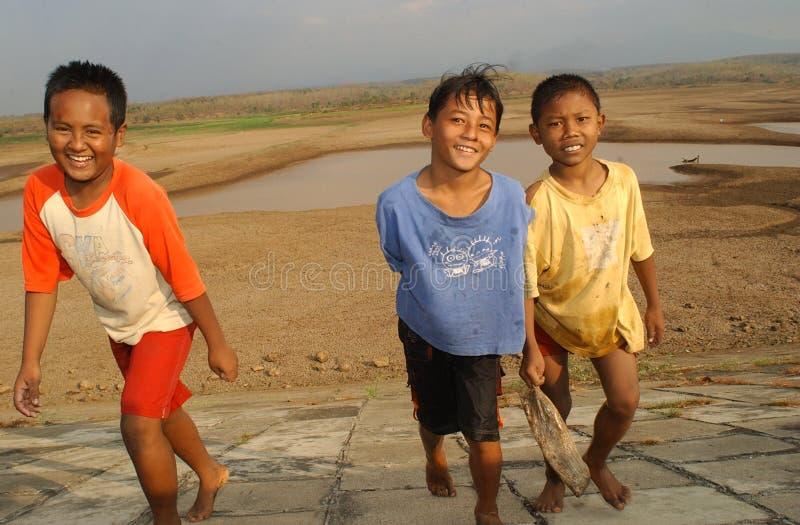 Kinderen dichtbij het opslagreservoir Dawuhan, Wonoasri, Madiun stock fotografie