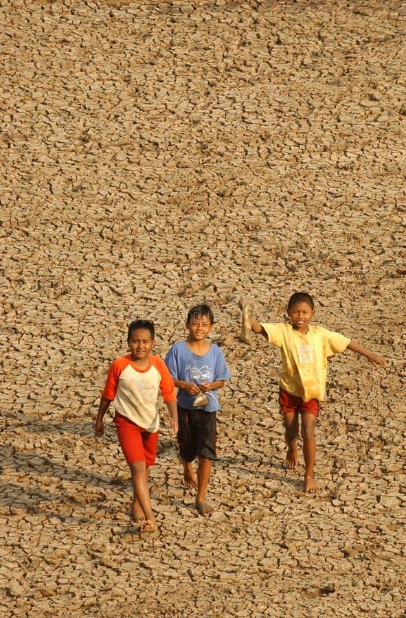 Kinderen dichtbij het opslagreservoir Dawuhan, Wonoasri, Madiun stock afbeeldingen