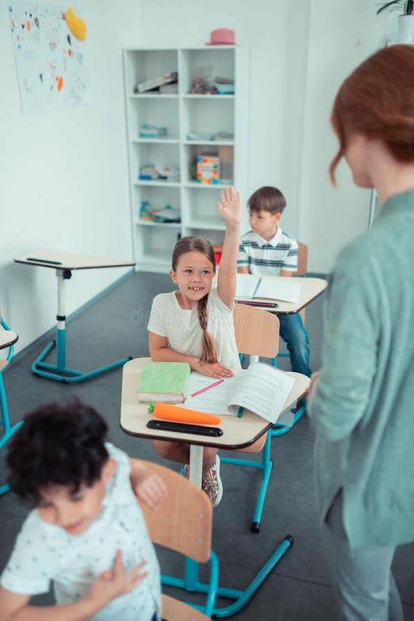 Kinderen die bij hun les in het klaslokaal werken royalty-vrije stock fotografie
