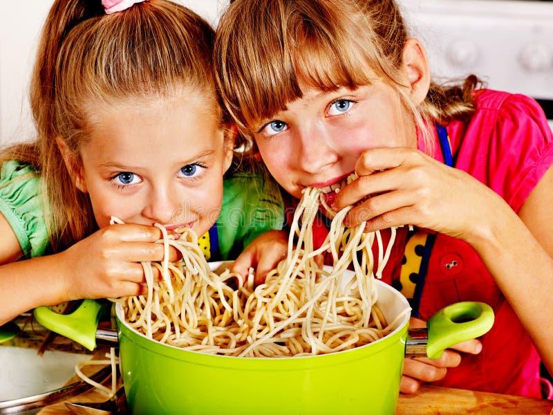 Kinderen die bij keuken koken. royalty-vrije stock afbeelding