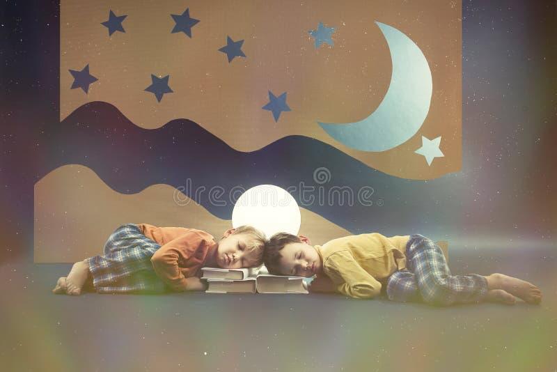 Kinderen die bij nacht dromen royalty-vrije stock afbeelding