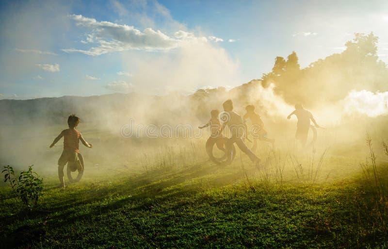 Kinderen die bij platteland in Vietnam spelen royalty-vrije stock foto's