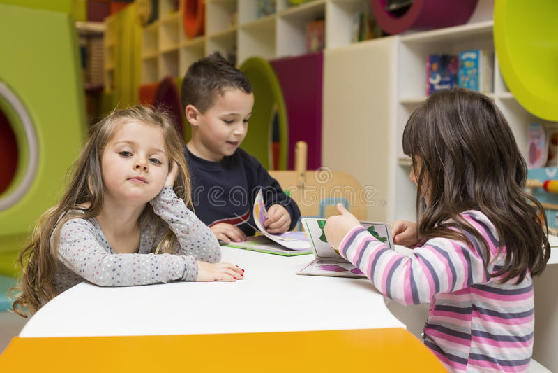 Kinderen die bij speelkamer trekken stock foto