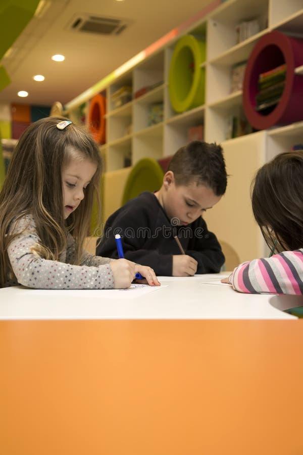 Kinderen die bij speelkamer trekken royalty-vrije stock afbeelding