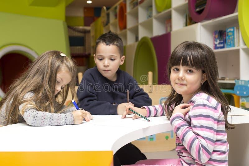 Kinderen die bij speelkamer trekken royalty-vrije stock afbeeldingen