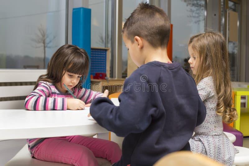 Kinderen die bij speelkamer trekken stock afbeeldingen
