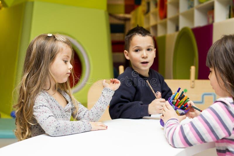 Kinderen die bij speelkamer trekken royalty-vrije stock foto