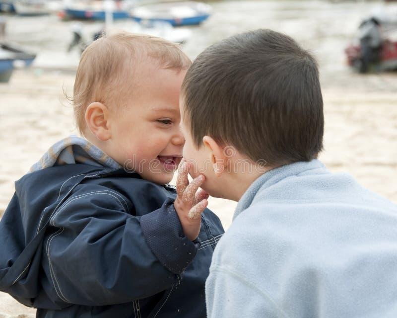 Kinderen die bij strand spelen royalty-vrije stock foto's
