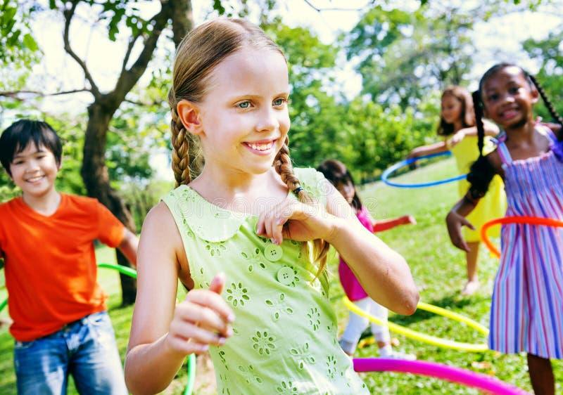Kinderen die Blij het Gelukconcept spelen van Excercising stock foto's