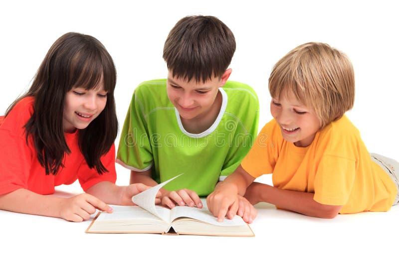 Kinderen die boek lezen stock foto's