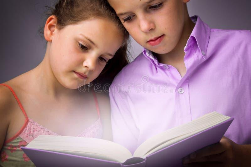 kinderen die boek lezen royalty-vrije stock afbeelding