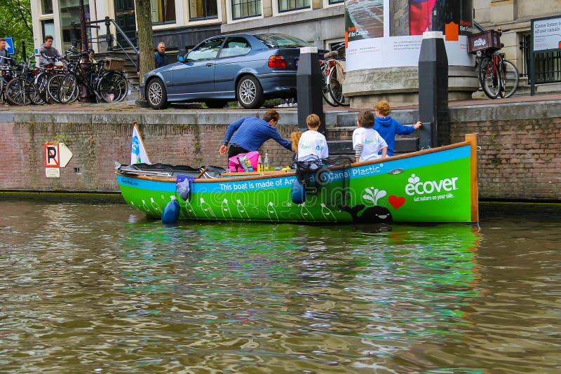 Kinderen die in boot ecologische manier van het leven in Amsterdam bekend maken royalty-vrije stock afbeelding