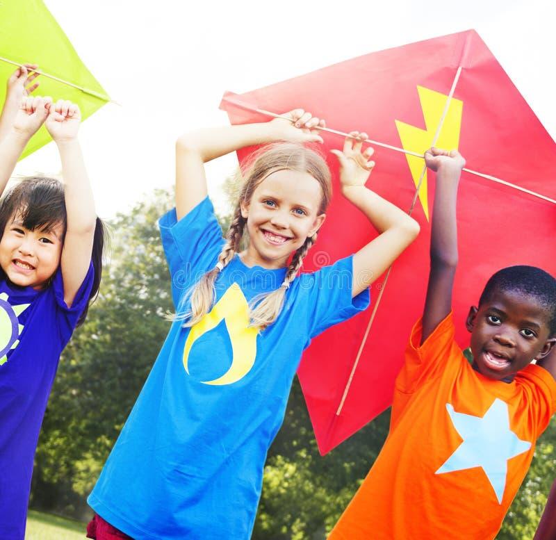 Kinderen die Concept van de Vlieger het Speelse Vriendschap vliegen royalty-vrije stock fotografie