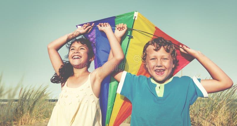 Kinderen die Concept van het de Tarwegebied van het Vliegergeluk het Vrolijke spelen royalty-vrije stock fotografie