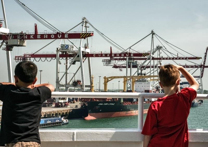 Kinderen die containerterminal bekijken in Dunkirk royalty-vrije stock fotografie