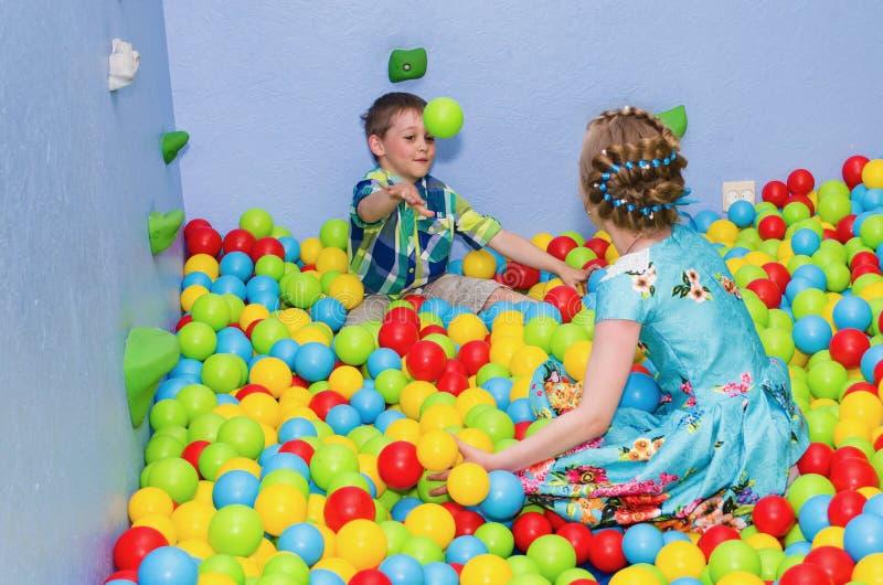 kinderen die in de droge pool spelen stock fotografie