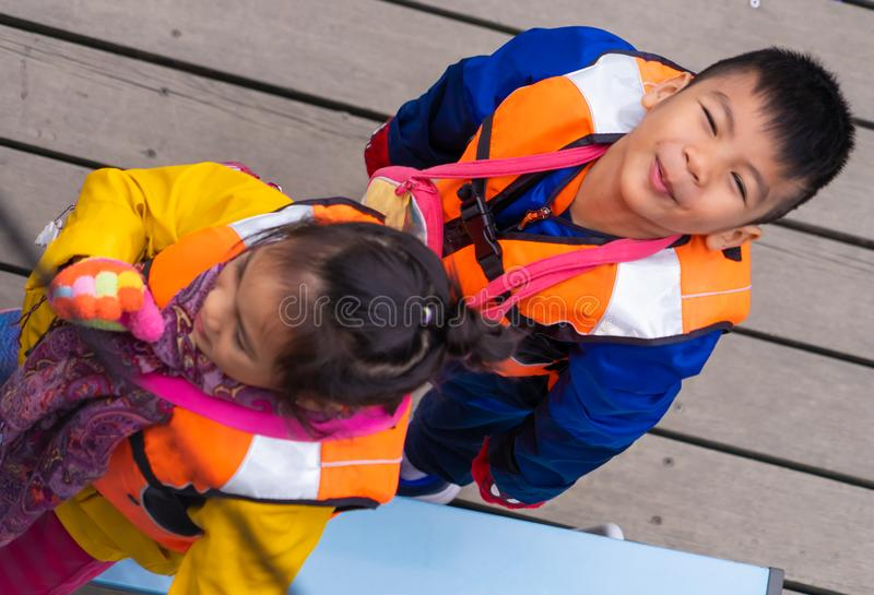 Kinderen die de Peddel voor vrije tijdsactiviteit wachten in te schepen royalty-vrije stock afbeeldingen