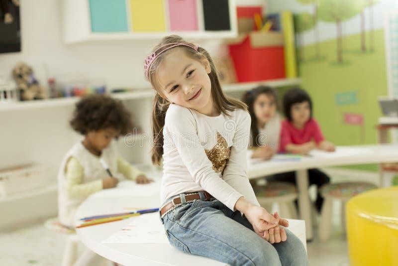 Kinderen die in de speelkamer trekken stock afbeeldingen