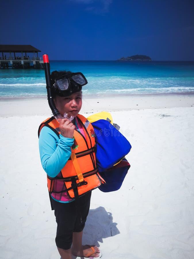 Kinderen die de zomer openlucht op strand spelen Snorkelende kledij stock fotografie