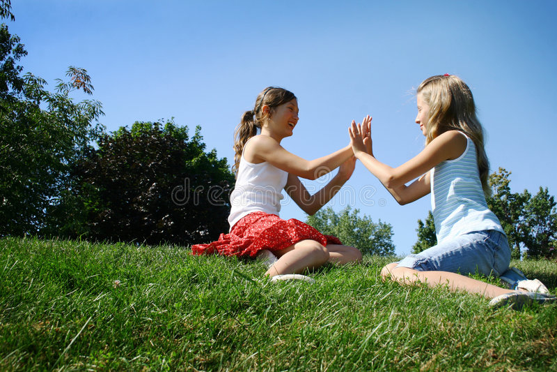 Kinderen die in de zomer spelen stock foto