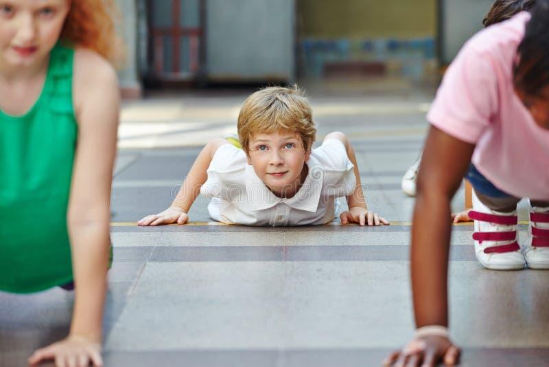 Kinderen die duw UPS in PE doen royalty-vrije stock foto's