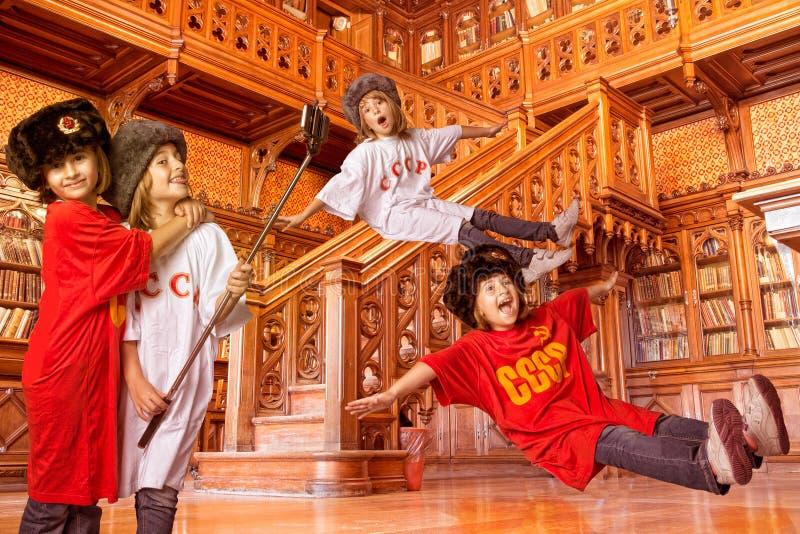 Kinderen die in een bibliotheek spelen stock foto's