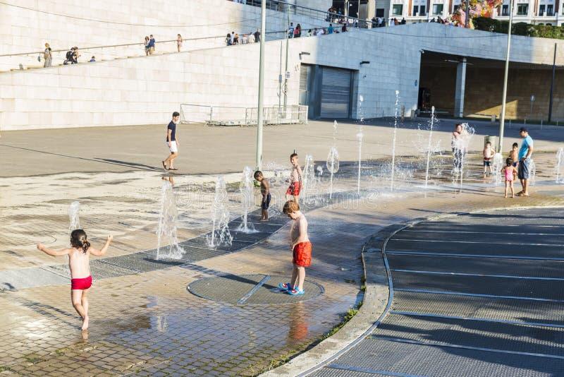 Kinderen die in een park in Bilbao, Spanje baden stock foto