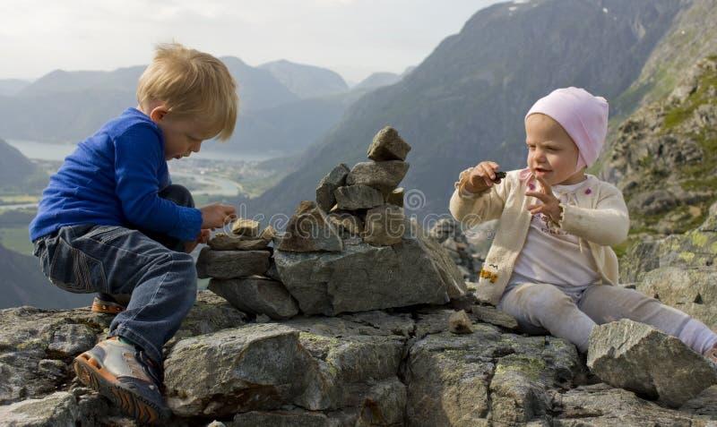 Kinderen die een steenhoop bouwen stock afbeeldingen