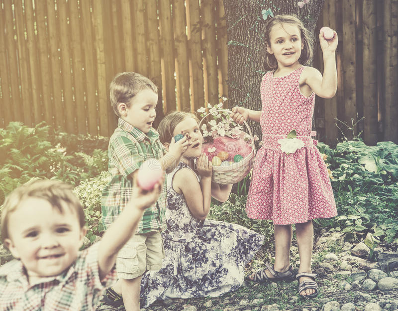 Kinderen die Eieren op een Retro Paaseijacht vinden - royalty-vrije stock afbeeldingen