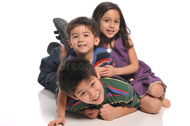 Kinderen die en pret spelen hebben stock foto's