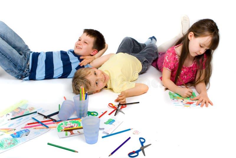 Kinderen die gelukkig op Vloer spelen royalty-vrije stock afbeeldingen