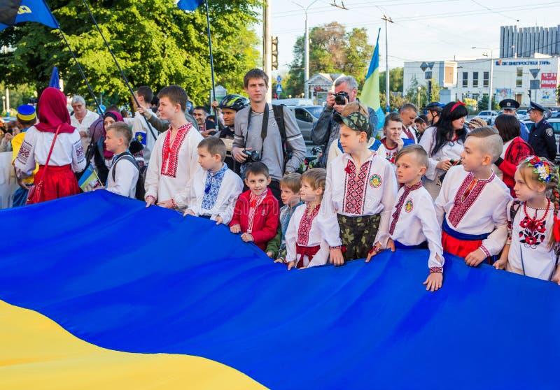 Kinderen die grote Oekraïense vlag houden stock foto's