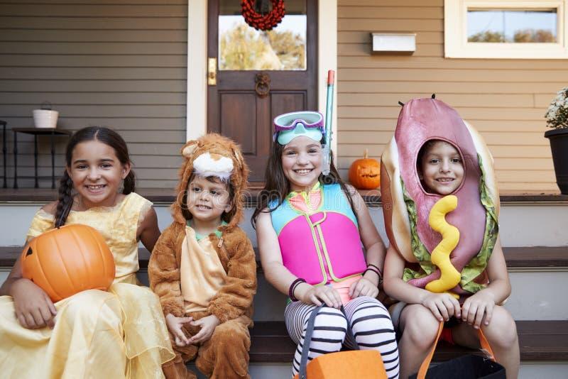 Kinderen die Halloween-Kostuums voor Truc of het Behandelen dragen royalty-vrije stock foto's