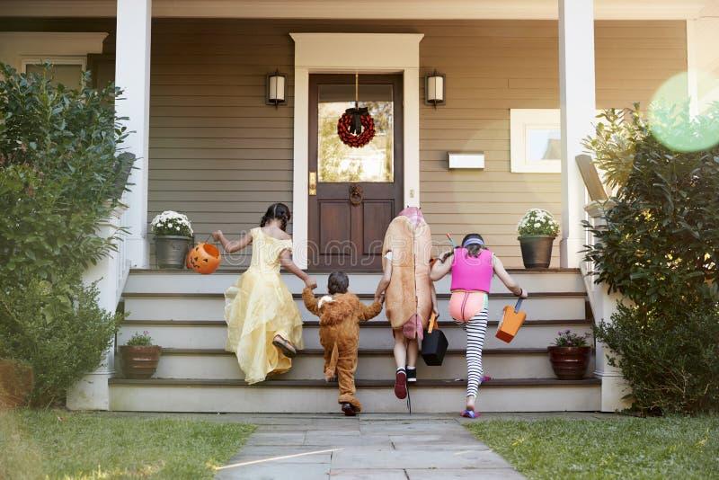 Kinderen die Halloween-Kostuums voor Truc of het Behandelen dragen royalty-vrije stock afbeelding